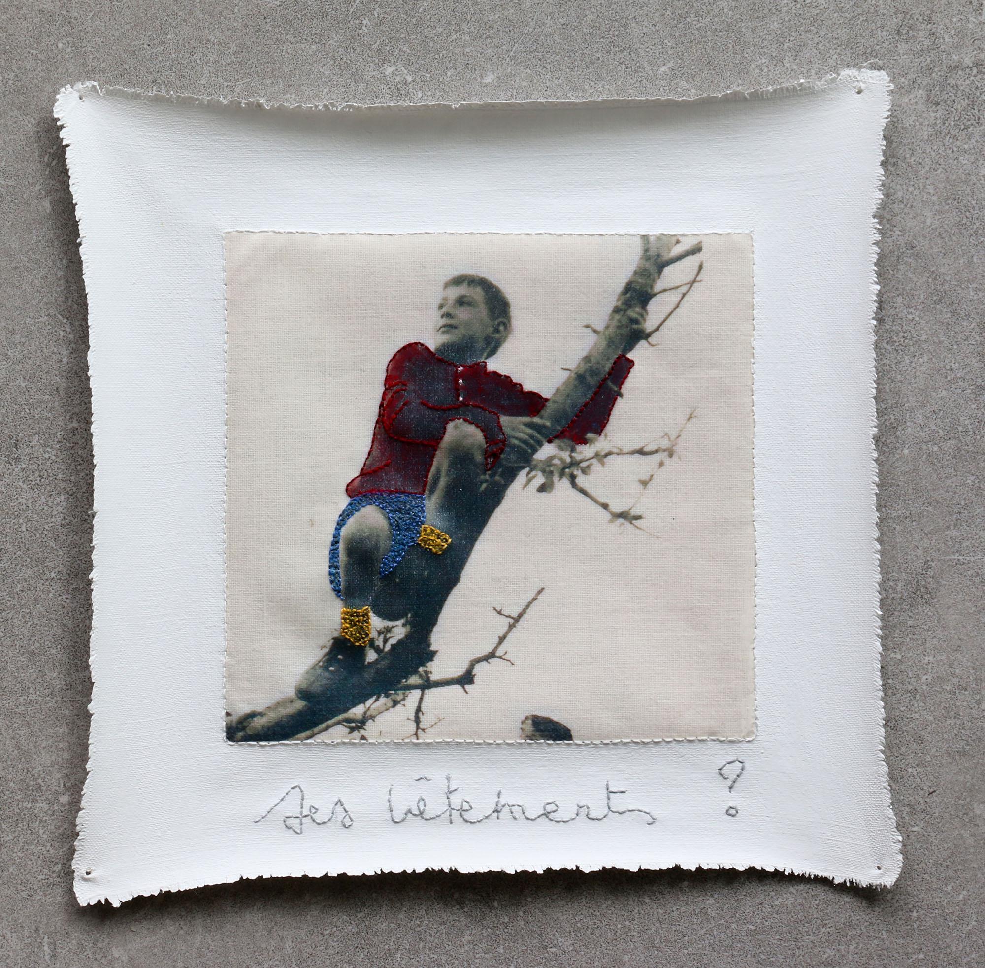 3 Ses vêtements 2019 peinture, broderies et transfert sur coton 18 x 18 cm
